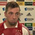 Het is de zeventigste minuut in het duel tussen Ajax en Olympique Lyon. Met de brilstand op het scorenbord sjokt Theo Janssen onder gematigd applausrichting catacombe. Vervangen door Vurnon Anita.Een […]
